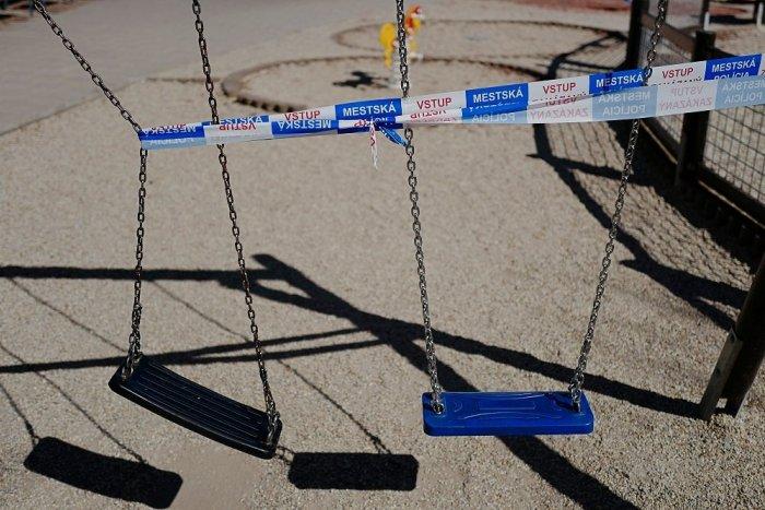 Ilustračný obrázok k článku Mestský úrad v Hlohovci zatvoril detské ihriská. A potom aj vlastné brány