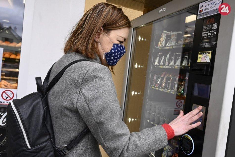 Ilustračný obrázok k článku Pred radnicou je nový automat: Textilné rúška sa dajú použiť viackrát