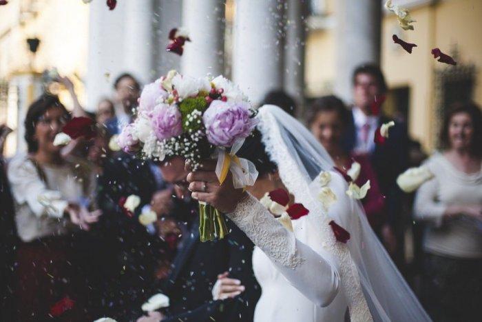 Ilustračný obrázok k článku Povoľujú sa svadby a KONČIA respirátory: Veľký PREHĽAD zmien v okrese Hlohovec