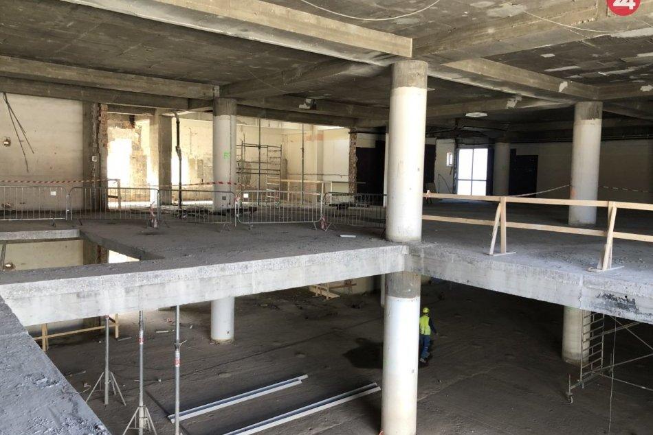 Ilustračný obrázok k článku V ikonickej budove starého Tesca bude Obchodný dom Urban, už rekonštruujú priestory, FOTO