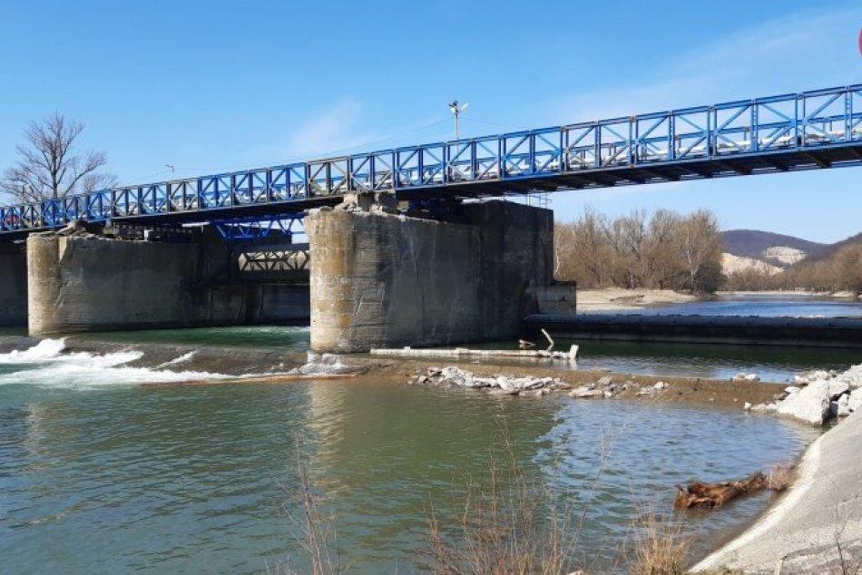 Ilustračný obrázok k článku Výstavba mosta v Strážskom pokročila: Onedlho začnú osádzať nové nosníky, FOTO