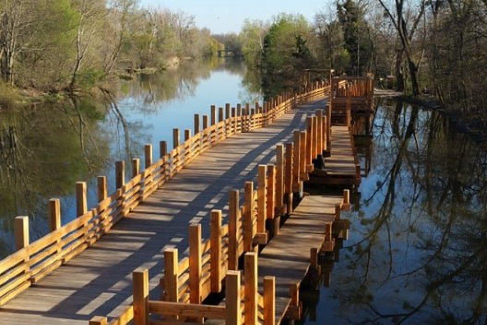 Ilustračný obrázok k článku FOTO: Unikátne drevené korzo vás prevedie ponad hladinu Malého Dunaja