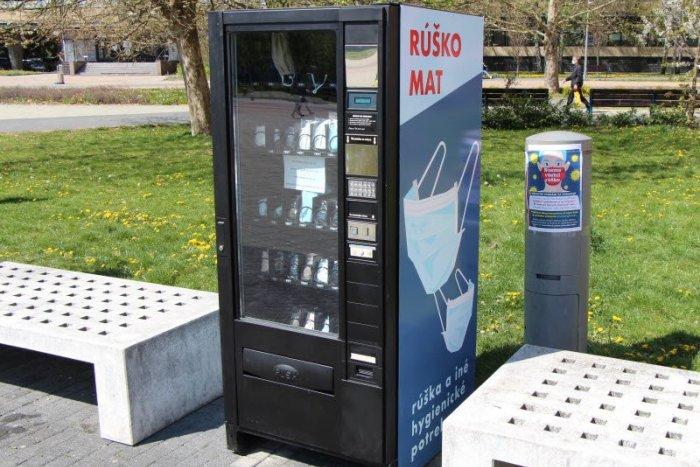 Ilustračný obrázok k článku Rozdávanie rúšok v Lučenci pokračuje: Kúpite ich už aj v automate