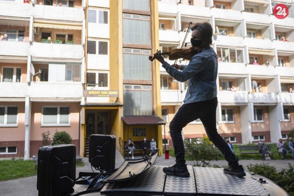 Ilustračný obrázok k článku VIDEO: Talentovaný huslista koncertuje na streche auta priamo pod oknami Slovákov