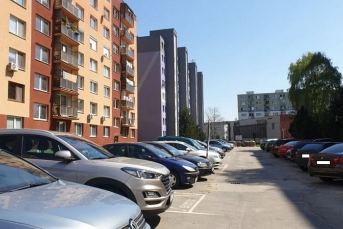 Ilustračný obrázok k článku Vodiči, zbystrite! V uliciach mesta budú vyznačovať parkovacie miesta