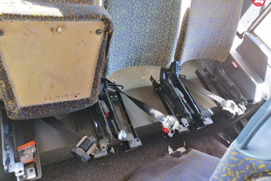Ilustračný obrázok k článku V autobuse vyvádzal mladík z Revúckeho okresu: Vytrhol niekoľko sedačiek, FOTO