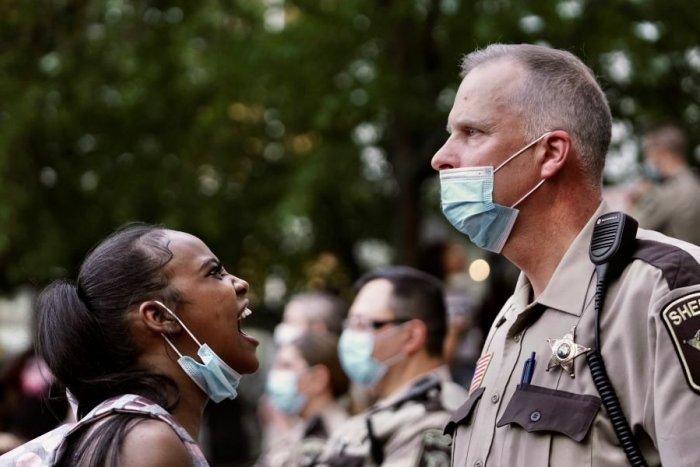 Ilustračný obrázok k článku Rabovanie a podpálené budovy v USA: Do Minneapolisu smeruje Národná garda!