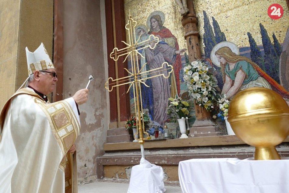 Ilustračný obrázok k článku Dominantu Žiliny už zdobí vzácny klenot: Zrenovovaný kríž požehnal biskup