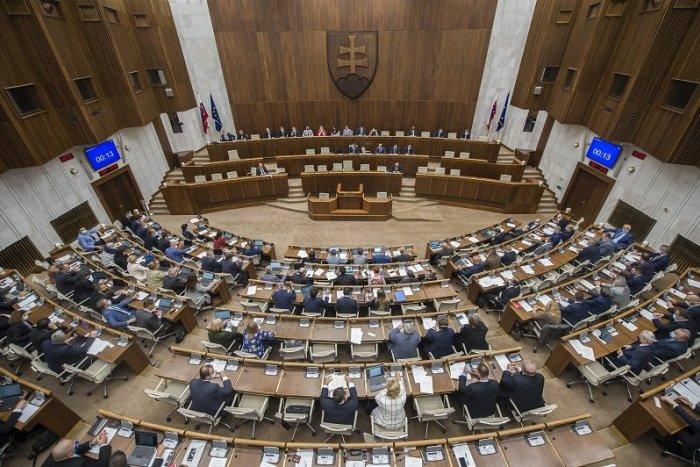 Ilustračný obrázok k článku Je rozhodnuté, poslanci schválili balík ZMIEN: Za čo bude po novom hroziť pokuta?