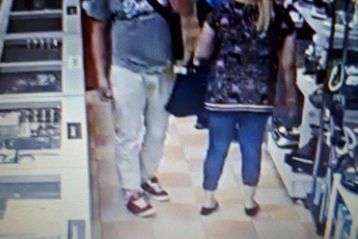 Ilustračný obrázok k článku Manželom v Brezne ukradli peňaženku aj kartu: Policajti hľadajú týchto ľudí! FOTO