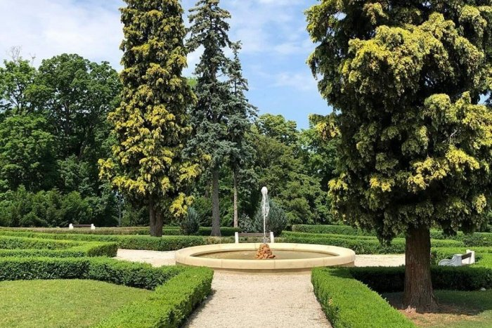 Ilustračný obrázok k článku Fontána v zámockej záhrade už strieka, mesto pozýva na návštevu