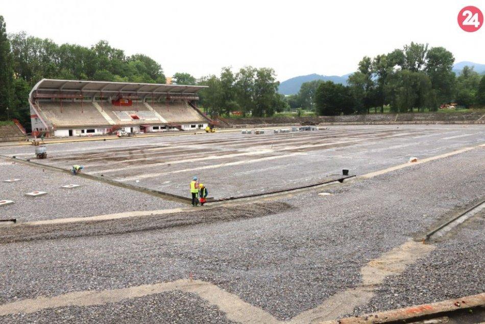 Ilustračný obrázok k článku Takto budujú atletický štadión v Bystrici: Lákať bude aj novinkou, FOTO