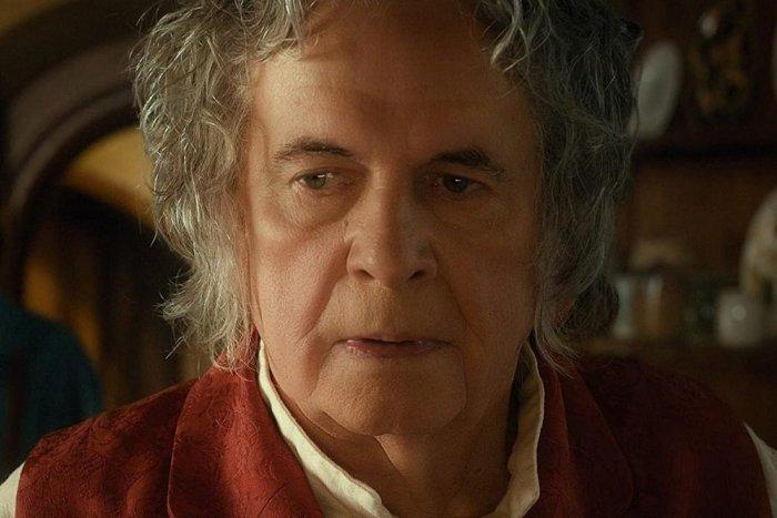 Ilustračný obrázok k článku Zomrel Ian Holm, Bilbo z filmu Pán Prsteňov