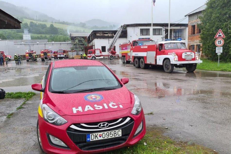 Ilustračný obrázok k článku Desiatky hasičov, obrovské škody: Na Orave horí výrobná hala