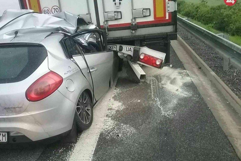 Ilustračný obrázok k článku Tragická nehoda na R1: Po zrážke auta s kamiónom vyhasol ľudský život