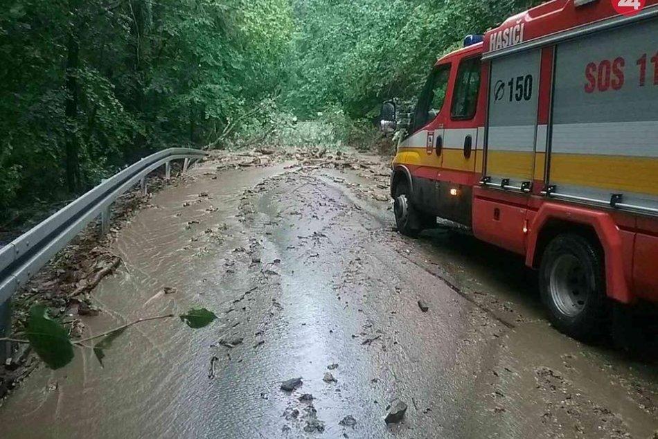 Ilustračný obrázok k článku V okrese Revúca strhli prívalové dažde časť ciest, hasiči majú plné ruky práce, FOTO