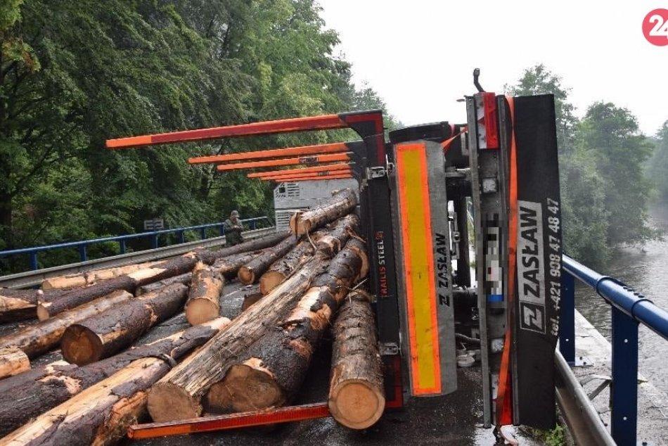 Ilustračný obrázok k článku Náves sa začal kývať a už to šlo: Pri Bystrici sa prevrátil kamión s drevom, zablokoval cestu