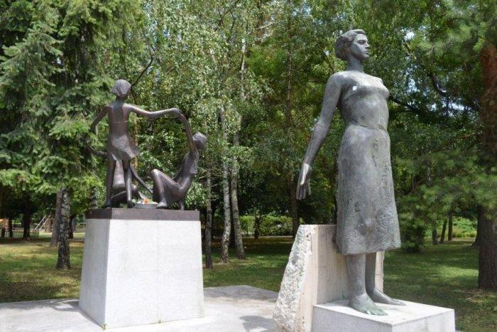 Ilustračný obrázok k článku Socha matky v mestskom parku sa dočká obnovy: Nahradí ju bronzový odliatok