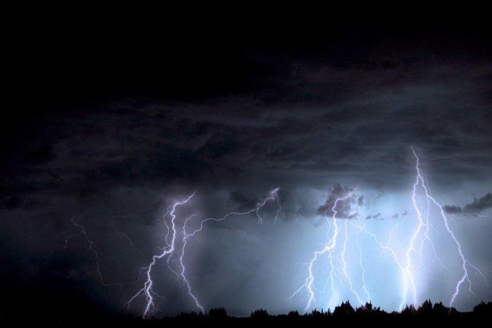 Ilustračný obrázok k článku Náhla zmena počasia: Viaceré okresy v znamení búrok, meteorológovia dvíhajú varovný prst!