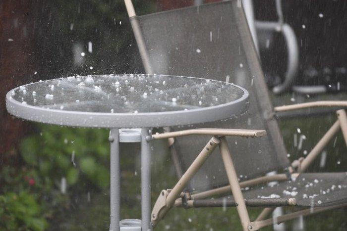 Ilustračný obrázok k článku Počasie nás poriadne SCHLADÍ! Pripravte sa na búrky a KRÚPY! Víkendová PREDPOVEĎ nepoteší
