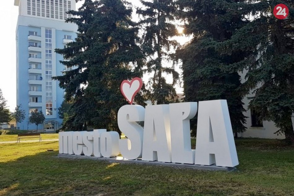 Ilustračný obrázok k článku Šaľa má novú atrakciu: Mesto zdobí veľký 3D nápis, FOTO