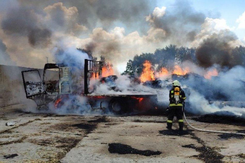 Ilustračný obrázok k článku Hasiči bojovali s požiarom 4 hodiny: Škody vyčíslili na desiatky tisíc eur, FOTO