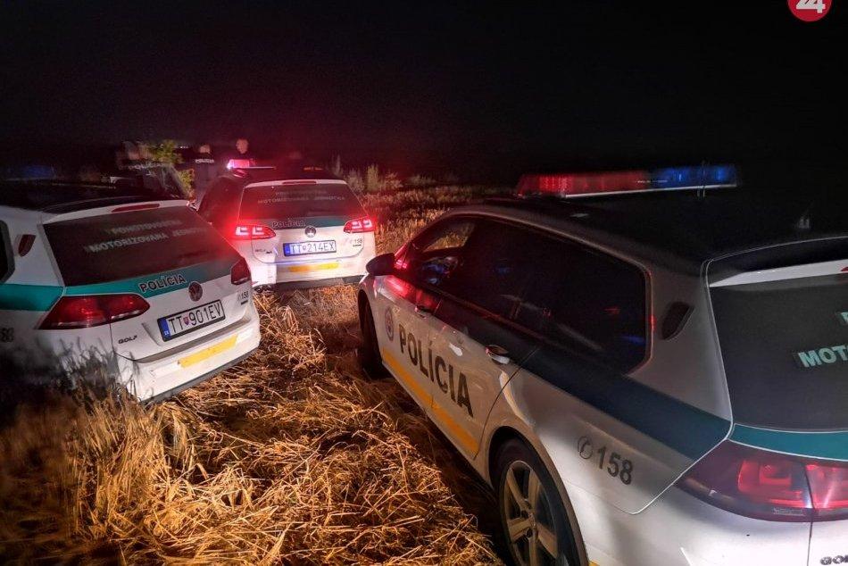 Ilustračný obrázok k článku Bláznivá naháňačka: Vodič sa snažil policajtov vytlačiť z cesty, zastavil ho náraz na poli