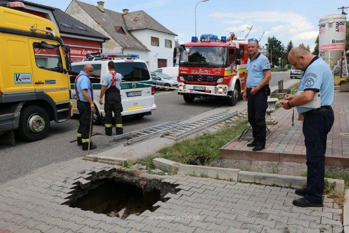 Ilustračný obrázok k článku Kuriózna nehoda: Pod zaparkovaným autom sa prepadla zem!