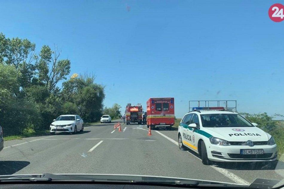 Ilustračný obrázok k článku Auto vyletelo z cesty a prevrátilo sa! Hasiči ratujú šoféra