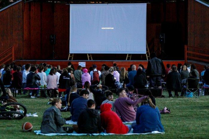 Ilustračný obrázok k článku S letnými kinami v Považskej a okolí sa roztrhlo vrece: Zábava pulzuje aj inde