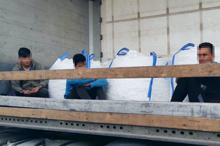 Ilustračný obrázok k článku Šok pri vykládke nákladného auta: Vodič objavil troch migrantov z Afganistanu