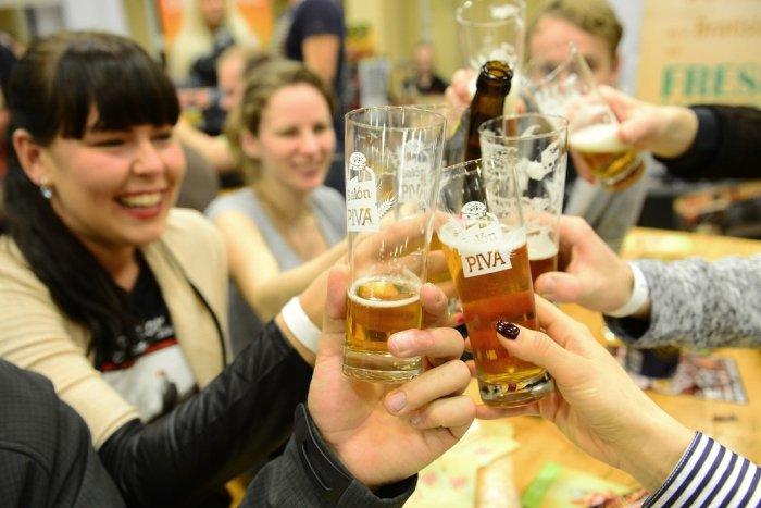 Ilustračný obrázok k článku Oslavujeme Medzinárodný deň piva! Po pandémii si ho radšej vychutnávame doma. Prečo?