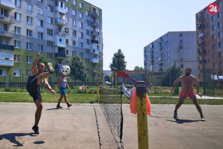 Ilustračný obrázok k článku Športové zápolenia pod oknami panelákov: Nadšenci zorganizovali turnaj v nohejbale, FOTO