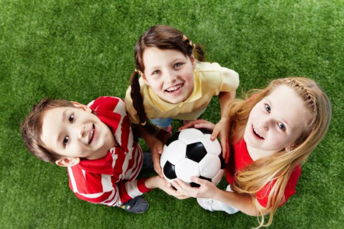 Ilustračný obrázok k článku Väčšina detí trávi čas vonku, 37 % znich sa stíha venovať záujmovým krúžkom