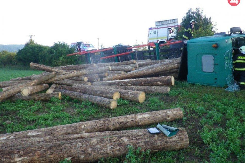 Ilustračný obrázok k článku Pri Dolnej Bzovej havaroval kamión s drevom: Zranený je 1 človek