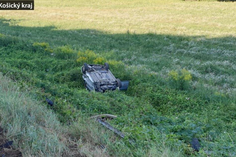 Ilustračný obrázok k článku Vodič s takmer štyri promile alkoholu prevrátil auto na strechu pri obci Bohúňovo, FOTO