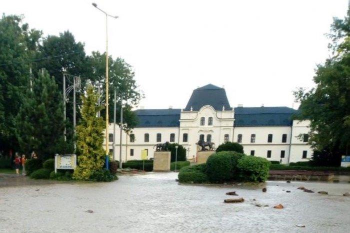 Ilustračný obrázok k článku Kaštieľ v Humennom sa po silných dažďoch zmenil na vodný hrad, FOTO