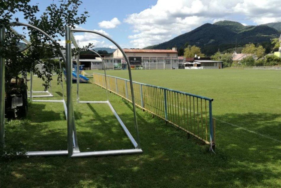 Ilustračný obrázok k článku Mladí bystrickí futbalisti majú dôvod na radosť: Dostali nové prenosné bránky, FOTO