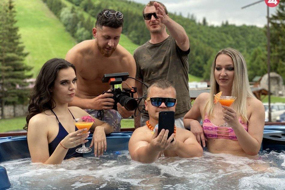 Ilustračný obrázok k článku Bystričania to roztočili vo vírivke aj v párty klube: Na svete je bláznivý VIDEOKLIP