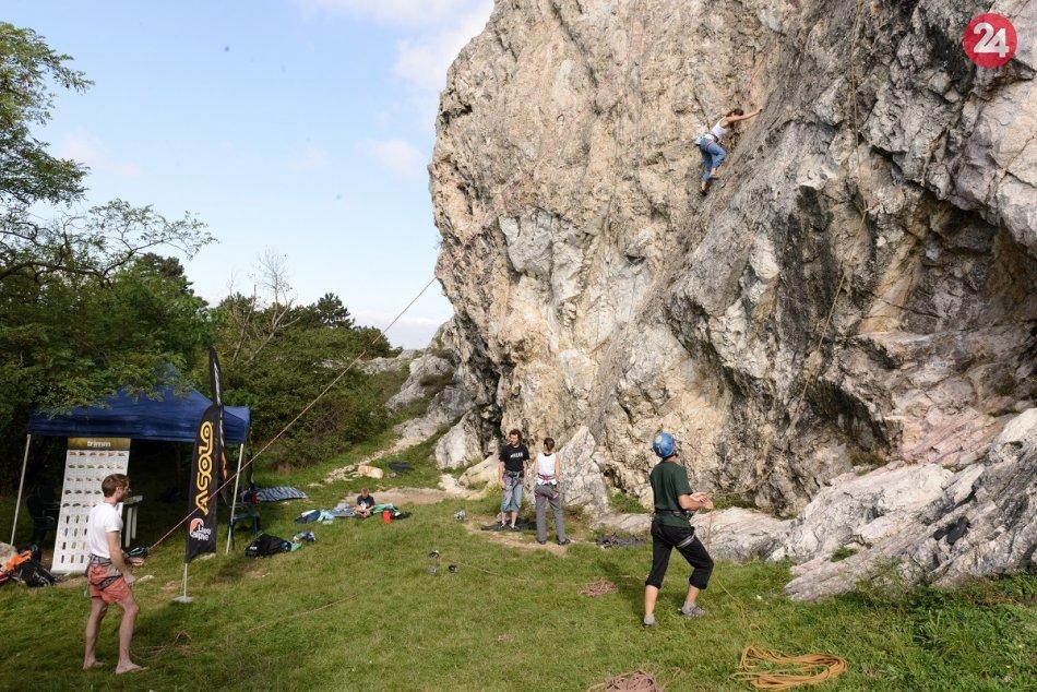 Ilustračný obrázok k článku Adrenalín na skalách: Nitriansku Kalváriu čaká tradičný lezecký maratón