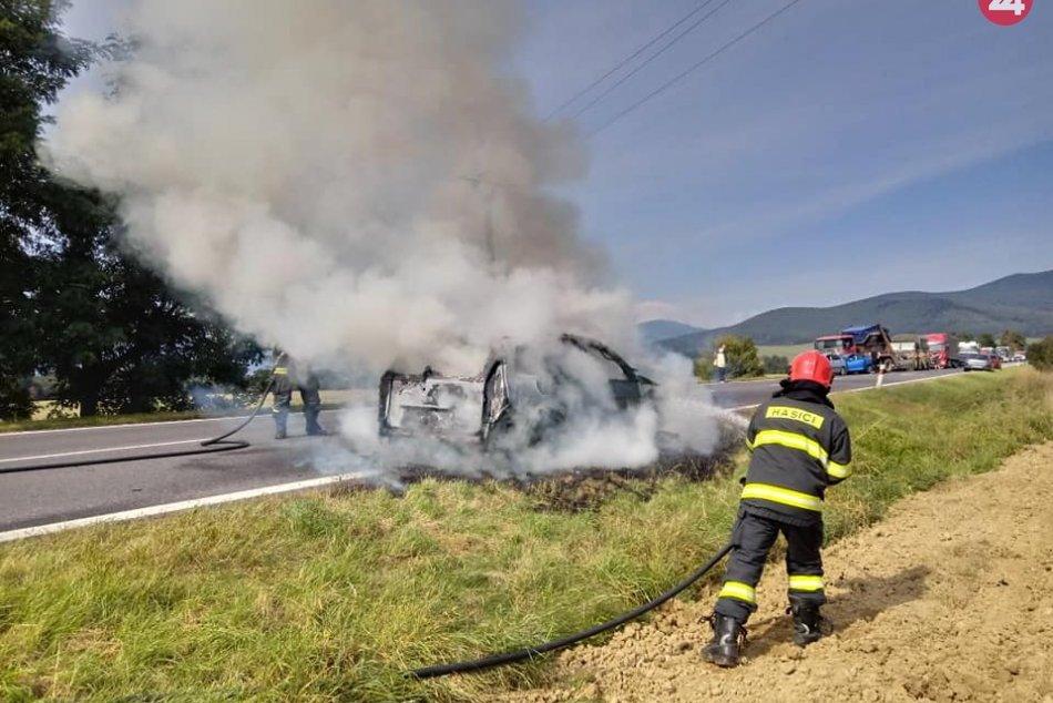 Ilustračný obrázok k článku Auto zhorelo do tla: Posádke pomáhal vojak, FOTO