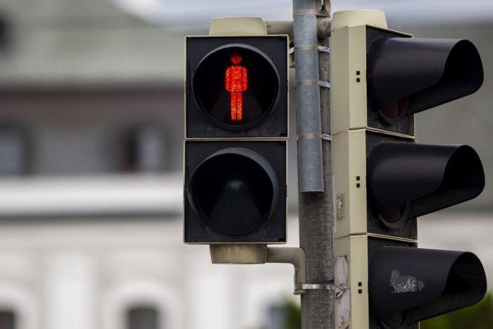Ilustračný obrázok k článku Hrozivá nehoda dieťaťa v Karlovej Vsi: Obyvatelia už roky volajú po semaforoch na priechodoch