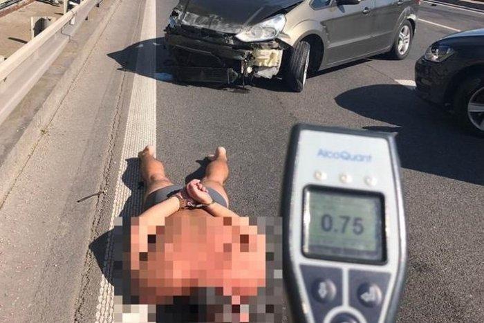 """Ilustračný obrázok k článku Otrasný hazard v aute plnom detí: Opitý muž aj po """"búračke"""" jazdil ďalej. Polícia ho zložila k zemi! + VIDEO"""
