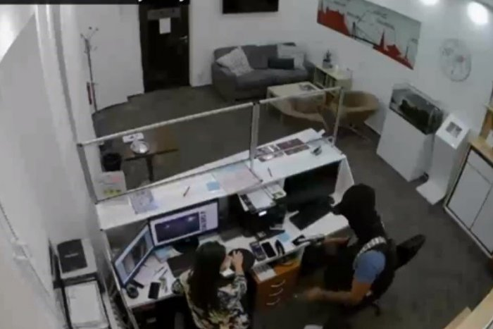 Ilustračný obrázok k článku Nevydarená lúpež v centre Bratislavy: Čo to maskovaný muž na VIDEU skúša?