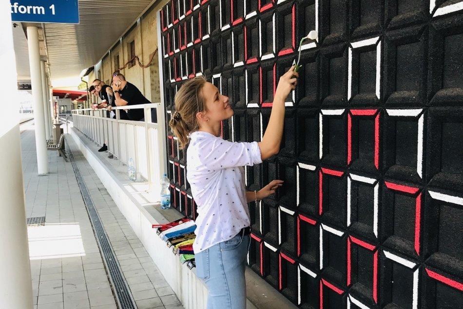 Ilustračný obrázok k článku Mladí umelci vykasali rukávy: Stanica v Považskej Bystrici je hneď krajšia, FOTO