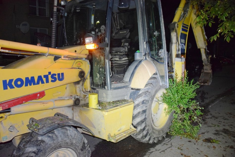 Ilustračný obrázok k článku Divoký bagrista v Považskej trhal kríky, rúcal obrubníky a poškodil autá, FOTO