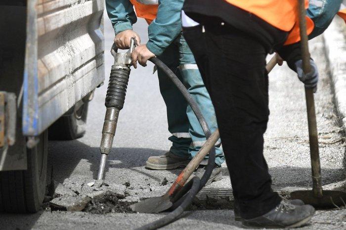 Ilustračný obrázok k článku Krajskí cestári začali s opravami výtlkov po zime: Ktoré úseky v okolí Spišskej sa dočkajú?