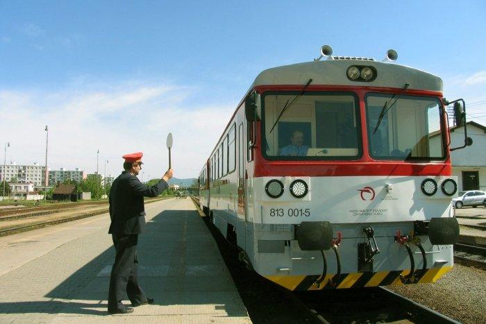 Ilustračný obrázok k článku Modernizácia železnice Prievidza – Jelšovce: Opravovať chcú aj stanice na trati