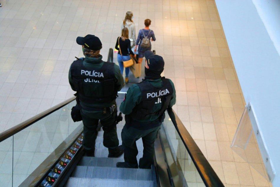 Ilustračný obrázok k článku Polícia bude kontrolovať nosenie rúšok. Kedy vám reálne hrozí pokuta?