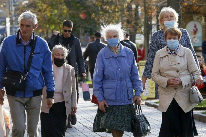 Ilustračný obrázok k článku Koronavírus: Pribudli stovky nových prípadov, nakazil sa aj 101-ročný dedko